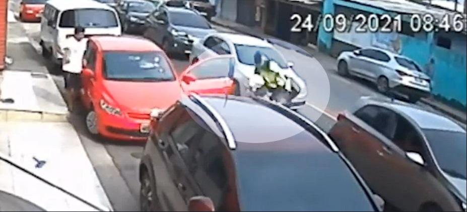 Agente de trânsito é arremessado ao colidir motocicleta em porta de carro